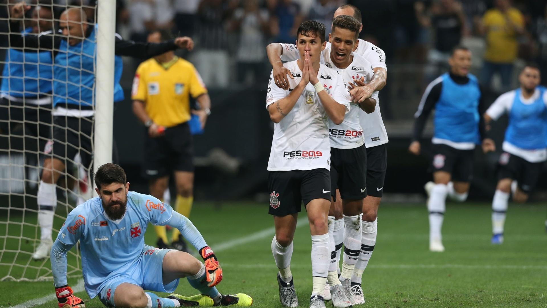 Mateus Vital e Pedrinho comemoram gol do Corinthians sobre o Vasco da Gama