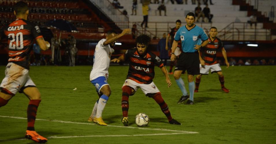 Jogadores duelam bola durante jogo entre Atlético-GO e Paysandu 4d37e6f76d7eb