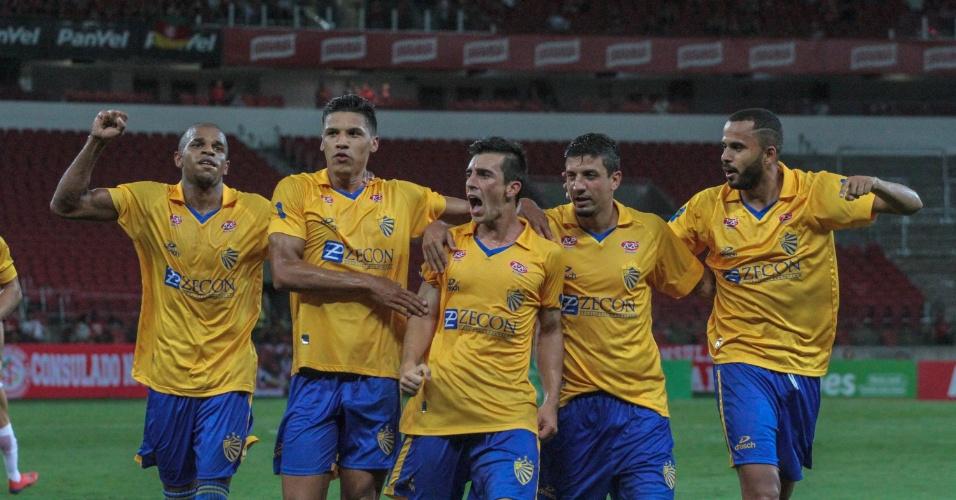 Jogadores do Pelotas comemoram gol contra o Inter