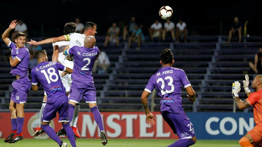 Réver cabeceia bola na partida do Atlético-MG contra o Defensor Sporting - Andres Stapff/Reuters