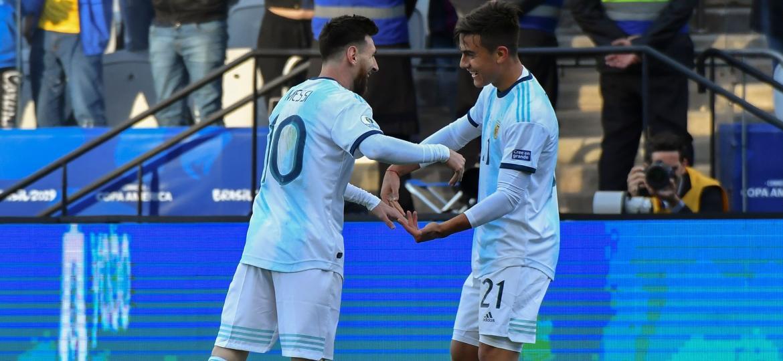 Lionel Messi e Paulo Dybala comemoram gol da Argentina contra o Chile - Nelson Almeida/AFP