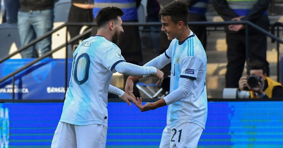 Lionel Messi e Paulo Dybala comemoram gol da Argentina contra o Chile