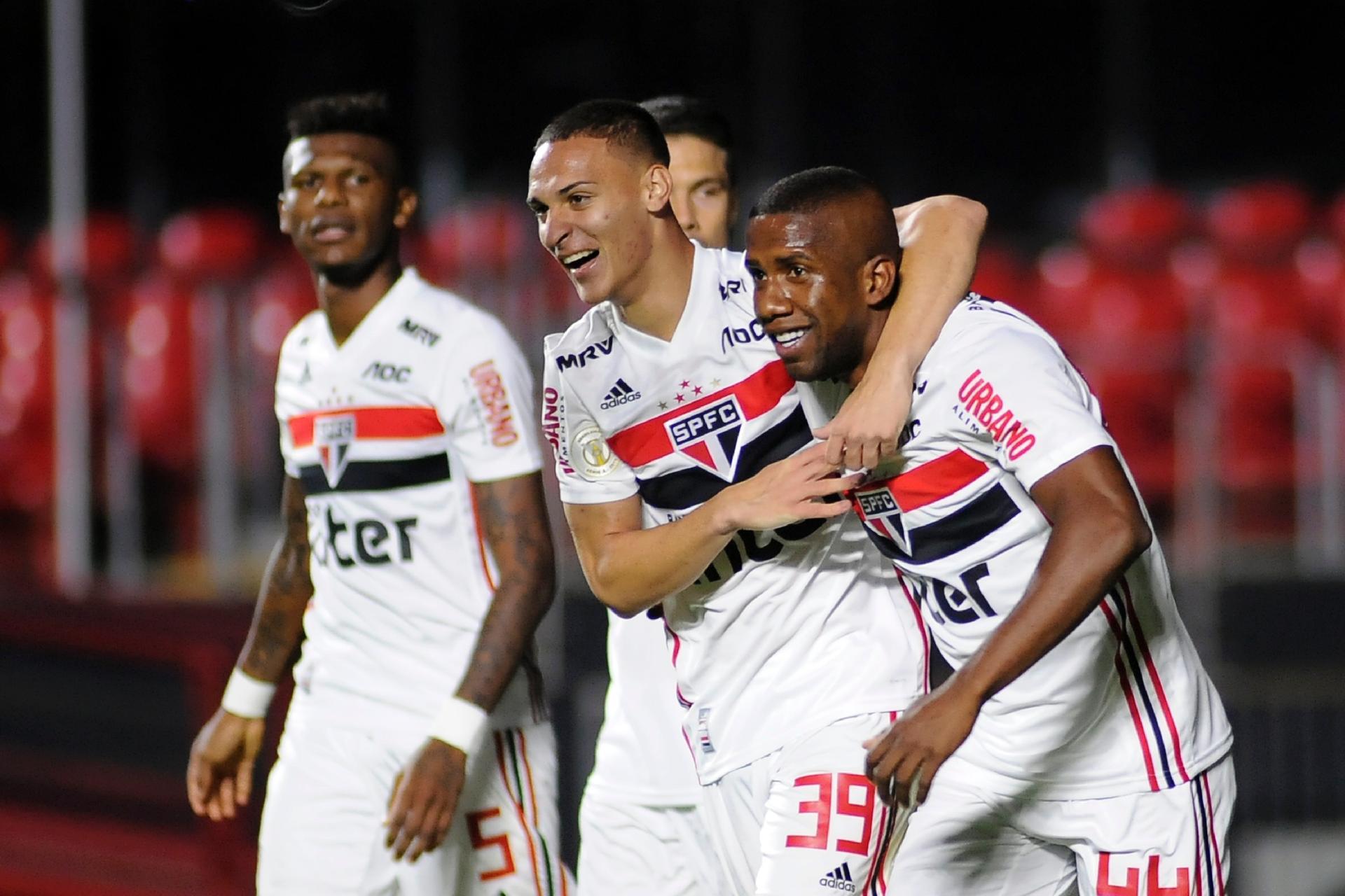 afe79b129305 SPFC: São Paulo marca 3 gols em dez minutos, goleia Chape e acaba com jejum