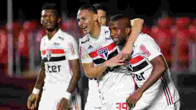 Antony abraça Toró após segundo gol do São Paulo sobre a Chapecoense - Alan Morici/AGIF