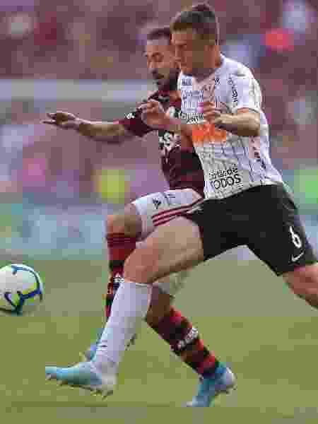 Everton Ribeiro e Carlos Augusto disputam a bola durante duelo Flamengo x Corinthians - Thiago Ribeiro/AGIF