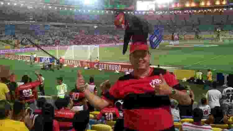 Torcedor do Flamengo, Ricardo Fraga vai aos jogos com um chapéu com urubu - Arquivo Pessoal - Arquivo Pessoal