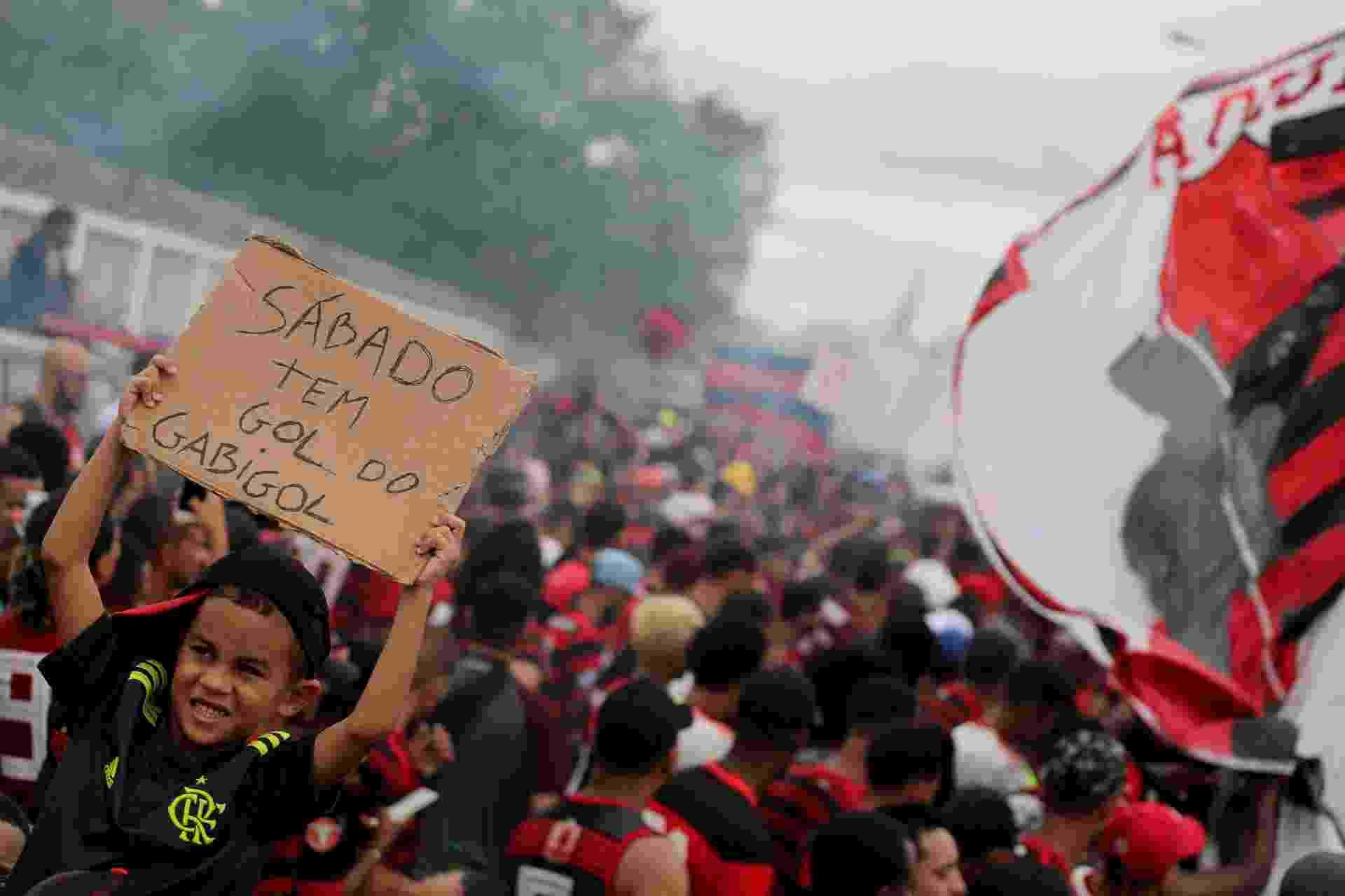 """""""Sábado tem gol do Gabigol"""", diz placa erguida por jovem torcedor do Flamengo - Sergio Moraes/Reuters"""