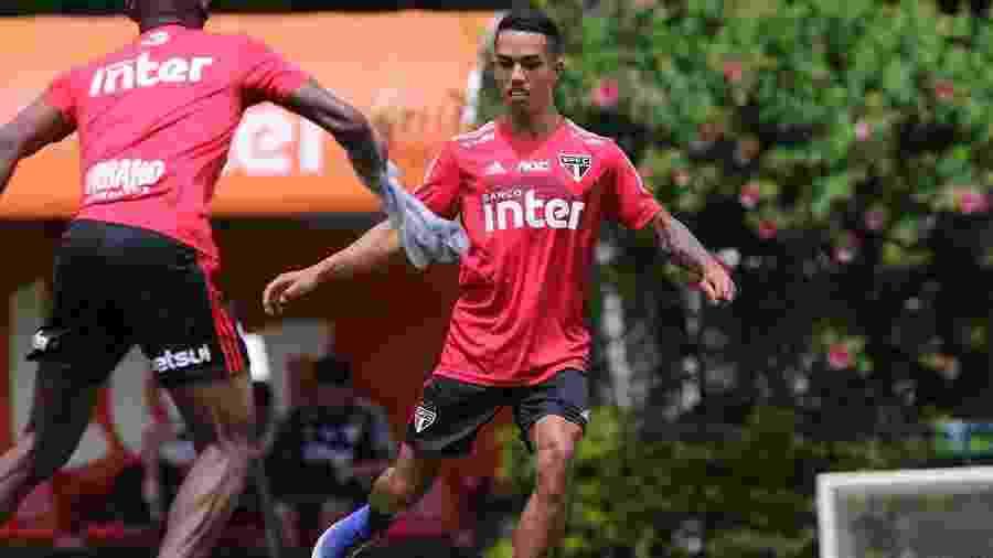 Igor Vinícius, lateral direito do São Paulo, é dúvida diante do Grêmio, pela 17ª rodada do Brasileirão - Rubens Chiri/saopaulofc.net