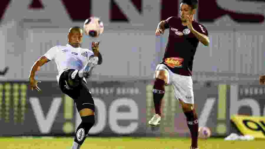 Carlos Sanchez do Santos disputa bola em partida contra a Ferroviária pelo campeonato Paulista - Thiago Calil/AGIF
