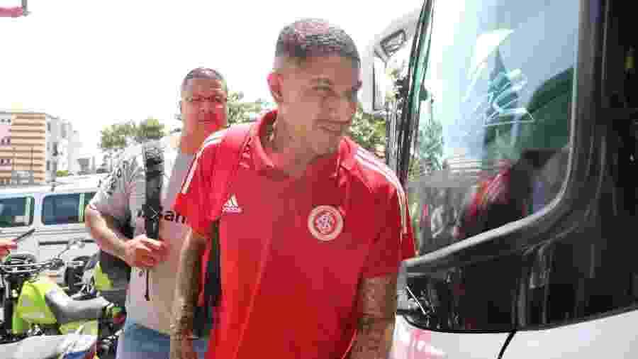 Paolo Guerrero estampa no rosto desgaste do Inter para chegar até cidade onde enfrenta o Tolima-COL - Ricardo Duarte/SC Internacional