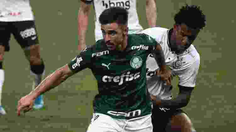 Gil e Willian disputam bola durante Corinthians x Palmeiras em clássico no Brasileirão - Ettore Chiereguini/AGIF - Ettore Chiereguini/AGIF