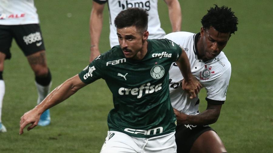 Gil e Willian disputam bola durante Corinthians x Palmeiras em clássico no Brasileirão - Ettore Chiereguini/AGIF