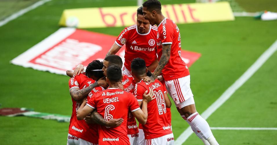 Jogadores do Inter comemoram o primeiro gol contra o Flamengo