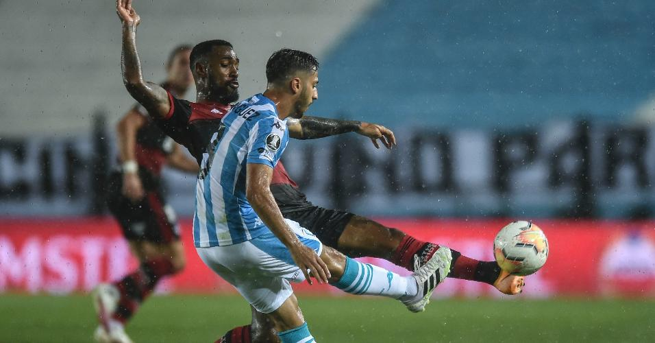 Gerson, do Flamengo, disputa bola com Fabricio Domínguez, do Racing