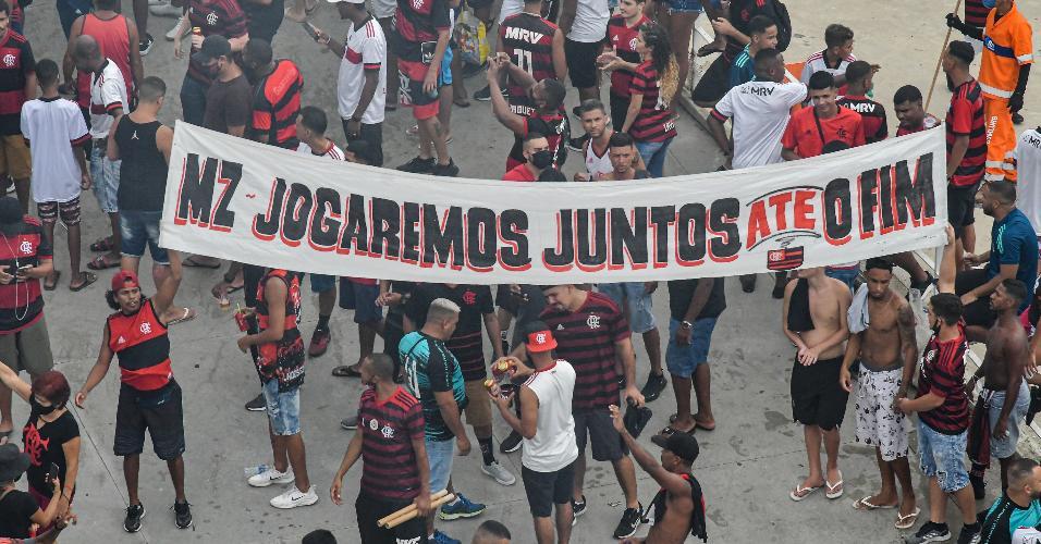 Torcedores levam faixa de apoio ao Flamengo antes de jogo decisivo