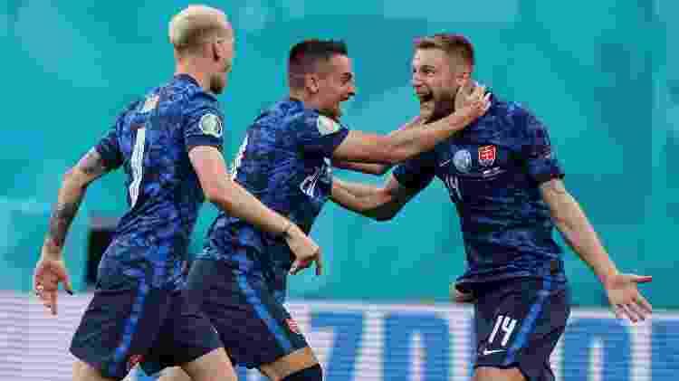 Milan Skriniar (à direita), da Eslováquia, comemora gol marcado sobre a Polônia na estreia da Eurocopa - Joosep Martinson - UEFA/UEFA via Getty Images - Joosep Martinson - UEFA/UEFA via Getty Images
