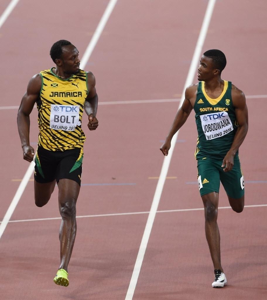 Estava fácil para Bolt. Jamaicano tira onda durante semifinal dos 200m e 'conversa' com rival sul-africano enquanto termina a prova. O melhor tempo das semis foi de Justin Gatlin
