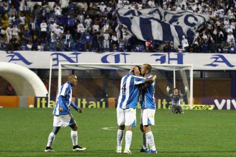 Jogadores do Avaí comemoram gol marcado contra o Goiás