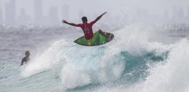 Filipe Toledo saiu mancando do mar de Gold Coast apoiado no ombro do pai - WSL / Kirstin