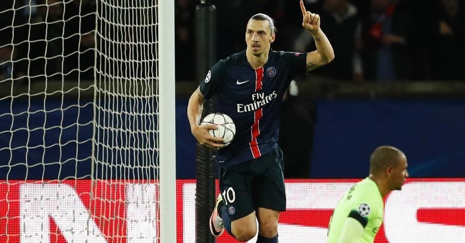 Ibrahimovic comemora após se redimir de pênalti perdido e marcar para o PSG contra o Manchester City pela Liga dos Campeões