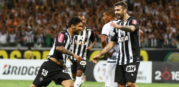 Carlos (à esquerda), atacante do Atlético-MG, celebra gol na Libertadores
