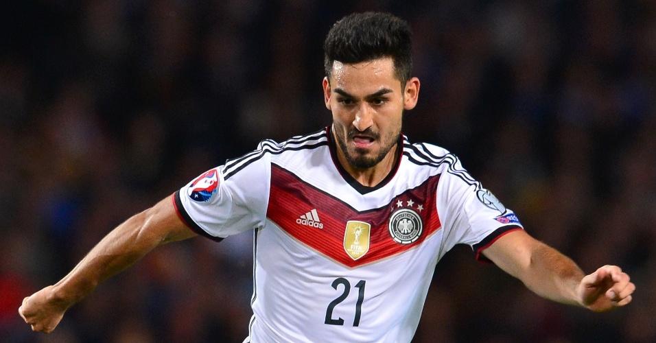 Gundogan conduz a bola durante partida da Alemanha