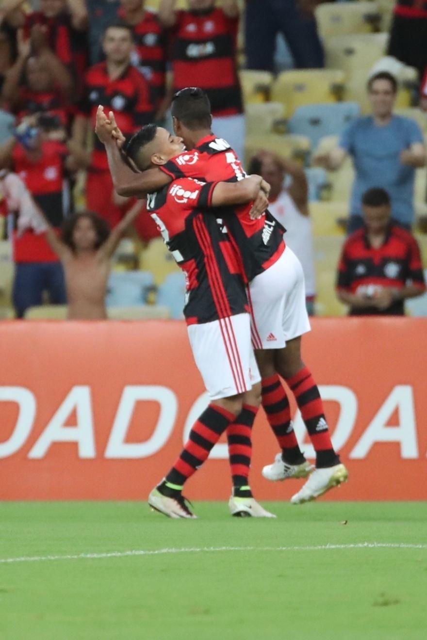 Gabriel comemora gol para o Flamengo diante do Coritiba no Maracanã