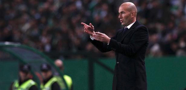 Zinedine Zidane passa instruções durante jogo do Real Madrid
