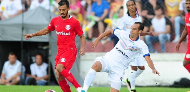 Uendel tenta a jogada em sua estreia pelo Inter e quer minimizar erros