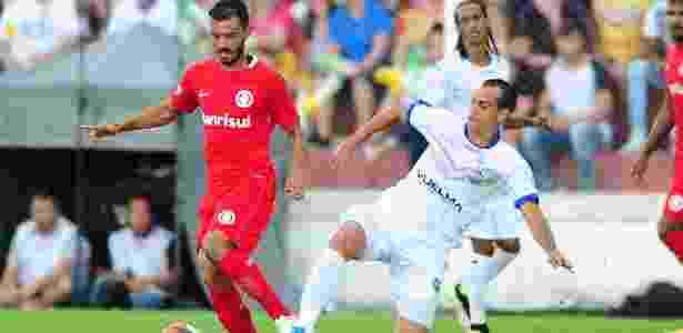 Uendel tenta a jogada em sua estreia pelo Internacional contra o VEC - Ricardo Duarte/Inter