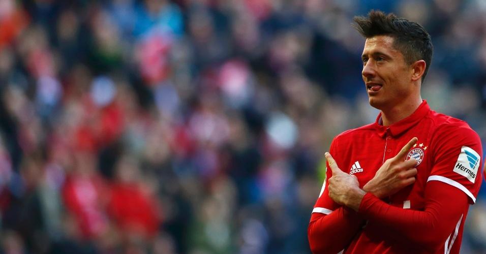 Lewandowski celebra após marcar, de pênalti, o segundo gol do Bayern diante do Hamburgo