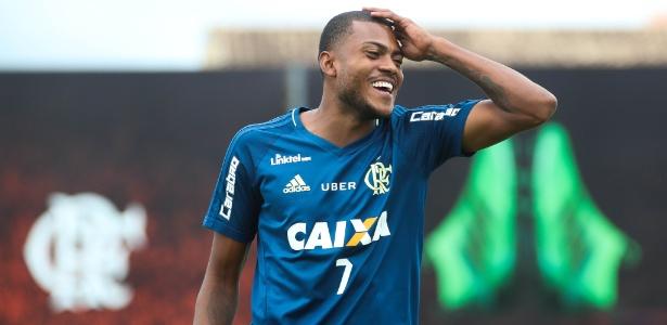 Marcelo Cirino viajou para Porto Alegre e realizará exames no Internacional