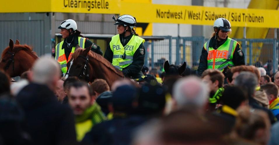 Policiais monitoram entrada do estádio do Borussia Dortmund