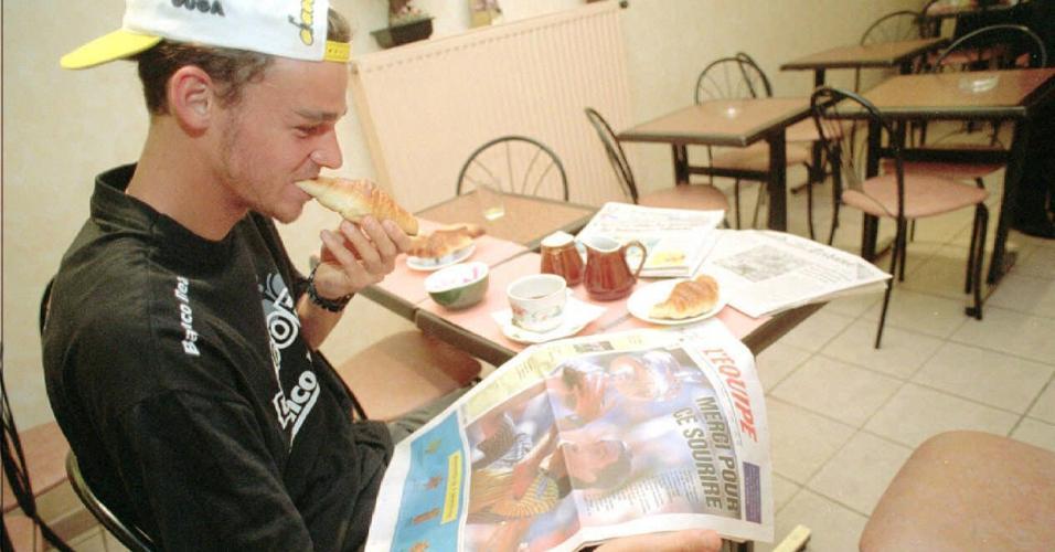 Guga toma café da manhã em seu hotel durante campanha que levou ao título de Roland Garros em 1997