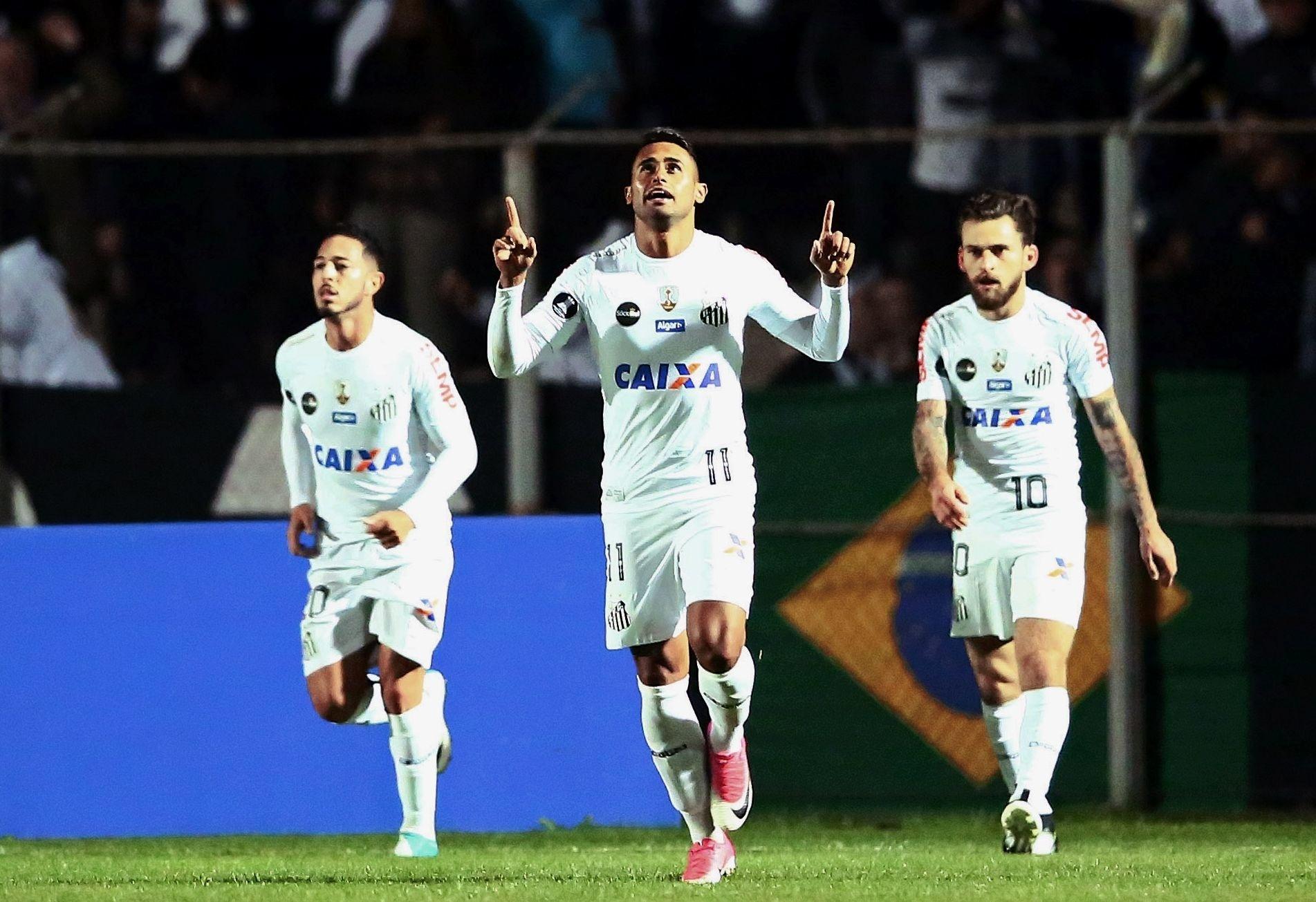 Kayke comemora gol do Santos diante do Atlético-PR na Vila Capanema pelas oitavas de final da Libertadores 2017