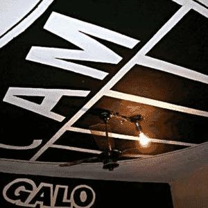 Que tal acordar olhando para o escudo do seu clube? Este atleticano pintou seu fanatismo no teto do quarto - Reprodução