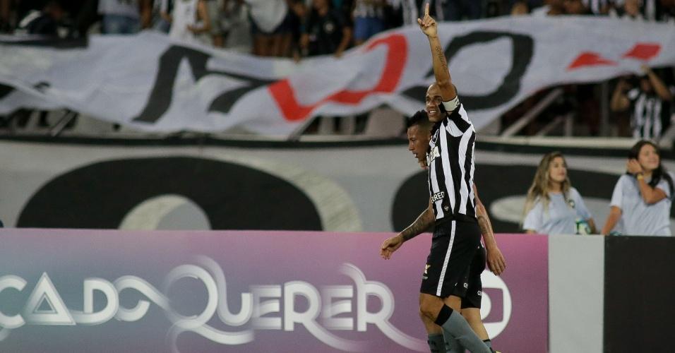 Roger comemora após abrir o placar pelo Botafogo contra o Flamengo