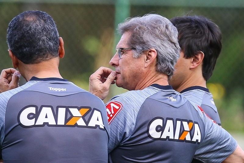 Oswaldo de Oliveira escalou Robinho como titular no primeiro treino que comandou no Atlético-MG