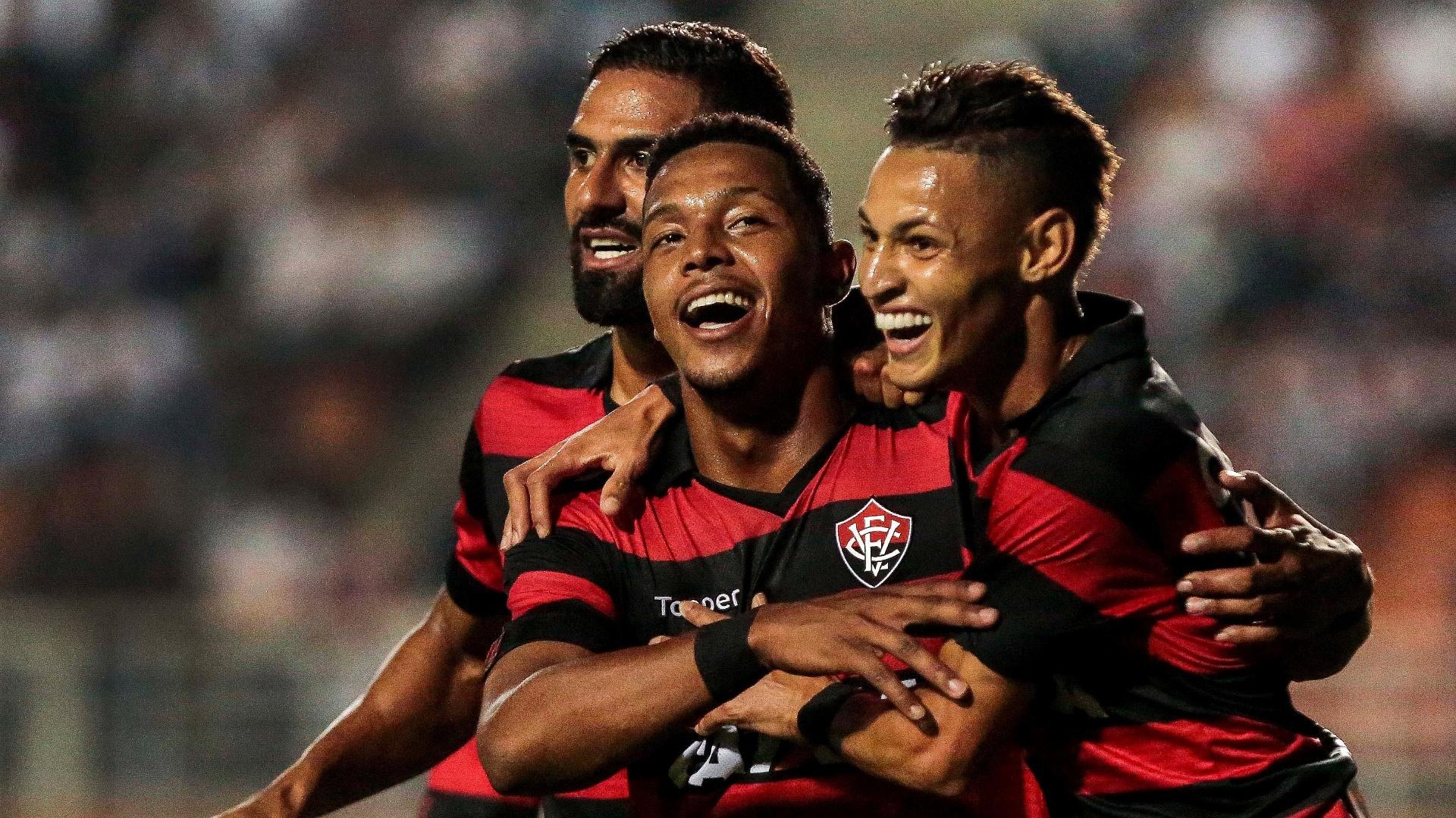David comemora gol que abriu o placar para o Vitória contra o Santos