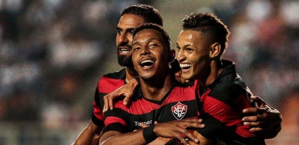 Entre Tréllez e Neilton, David comemora gol com a camisa do Vitória