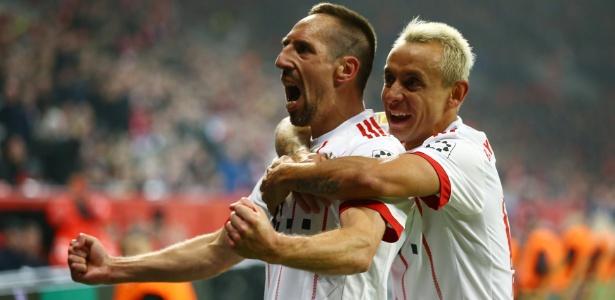 Ribery comemora com Rafinha o segundo gol do Bayern
