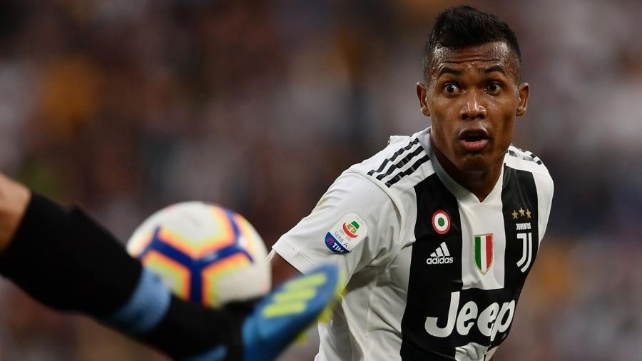 O lateral Alex Sandro em ação pela Juventus - Marco BERTORELLO / AFP