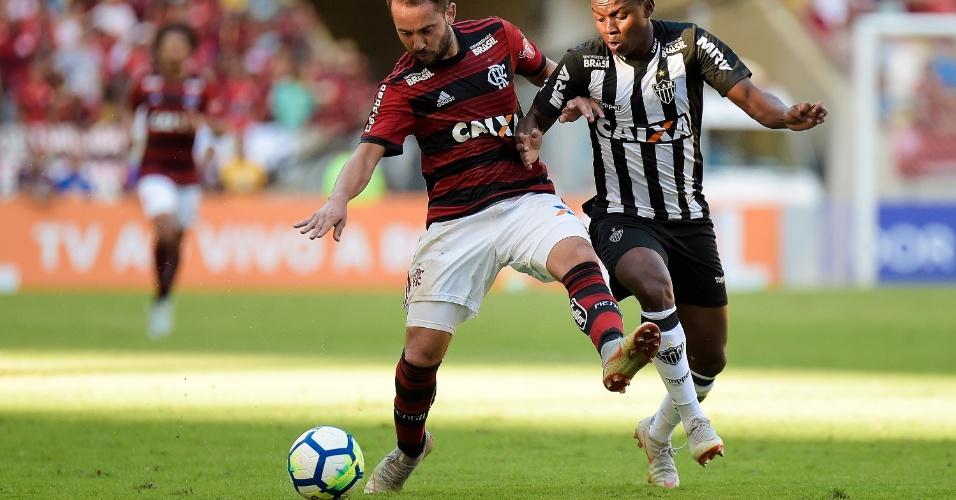 Everton Ribeiro disputa bola com Elias durante Flamengo x Atlético-MG