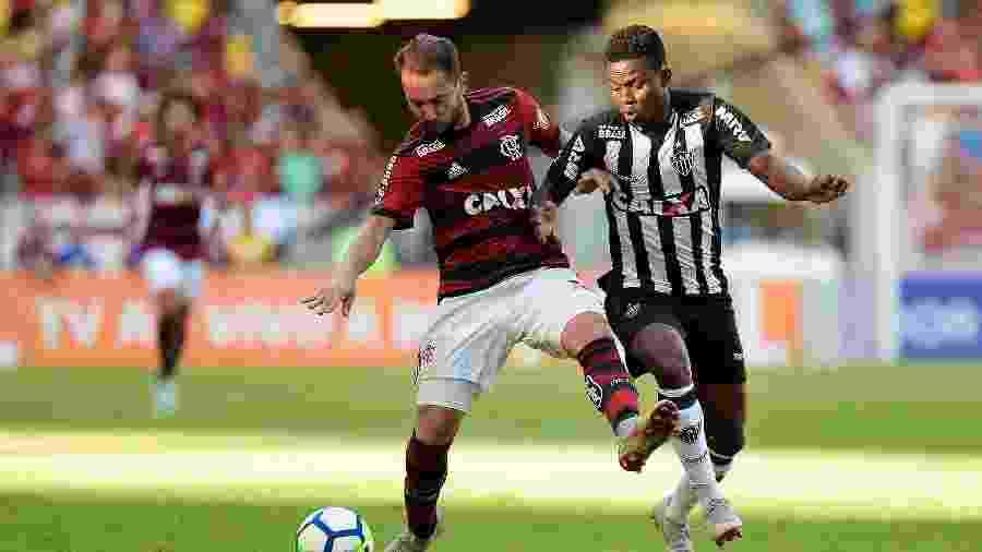 Everton Ribeiro disputa bola com Juan Cazares durante Flamengo x Atlético-MG - Thiago Ribeiro/AGIF