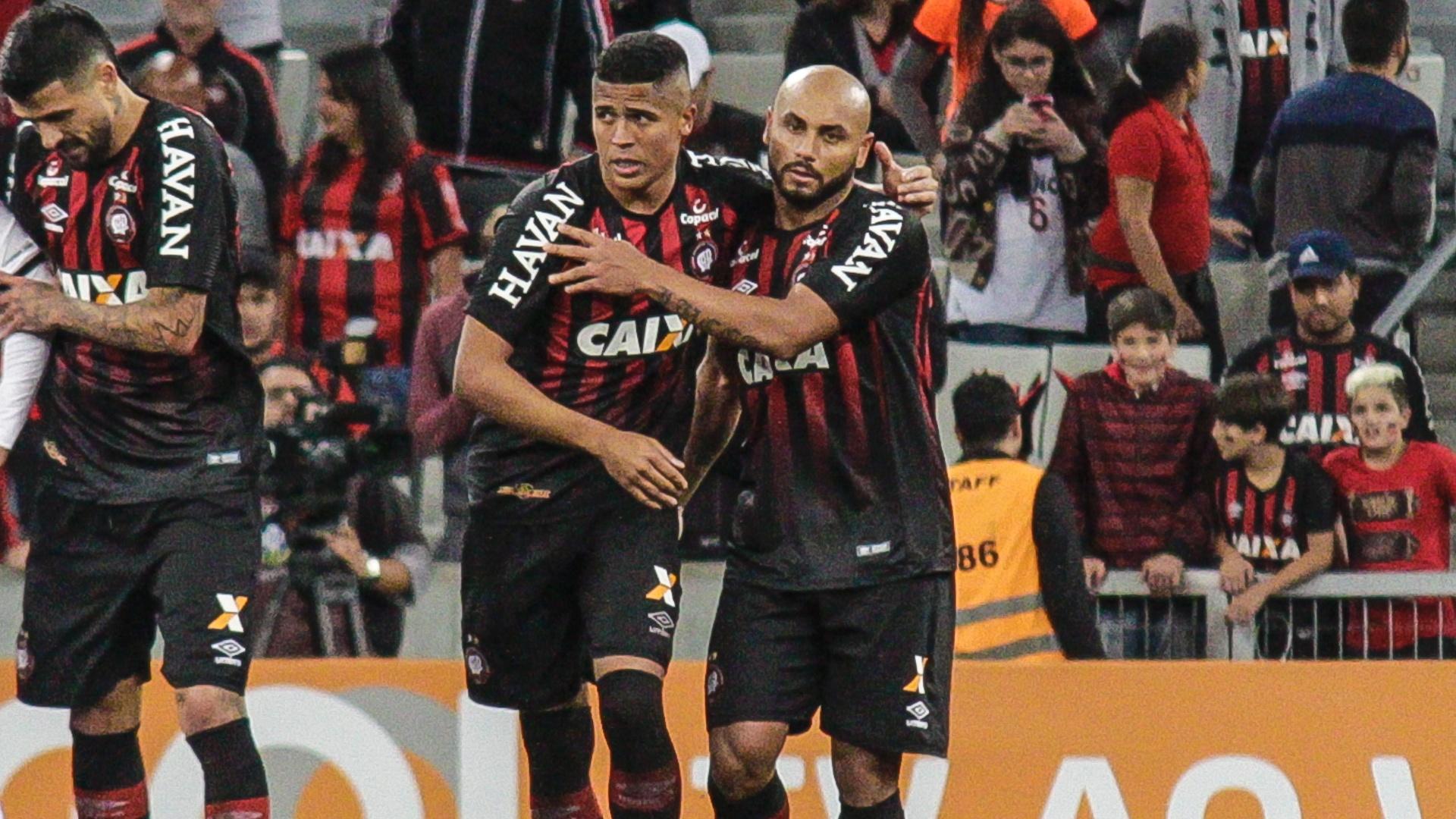 Bergson e Jonathan comemoram gol do Atlético-PR sobre o Sport no Brasileirão