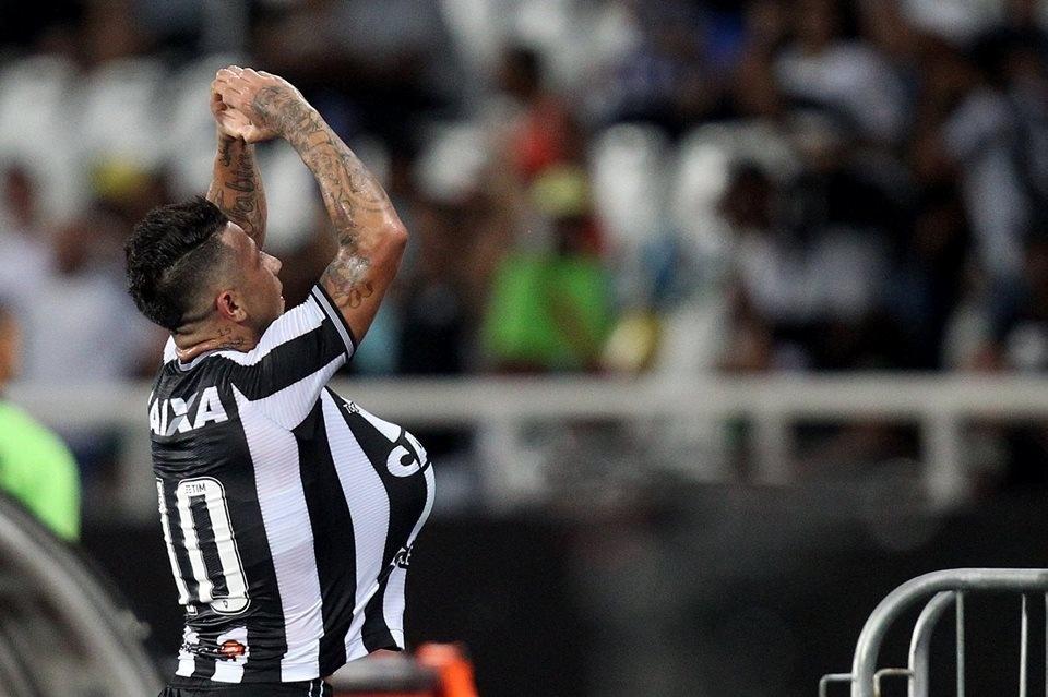 Leo Valência comemora gol do Botafogo diante do Flamengo pelo Campeonato Brasileiro 2018