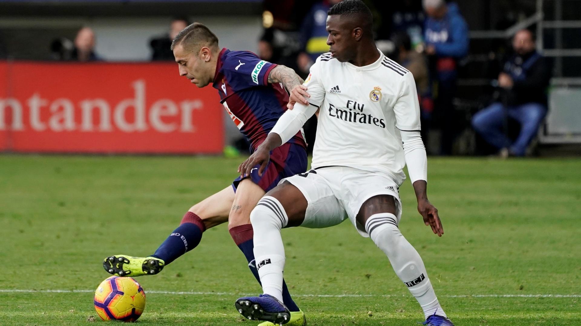 Vinicius Júnior, tacante do Real Madrid, disputa bola com adversário do Eibar