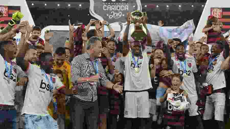 Os jogadores do Flamengo comemoram o título do Campeonato Carioca no Maracanã - Thiago Ribeiro/AGIF
