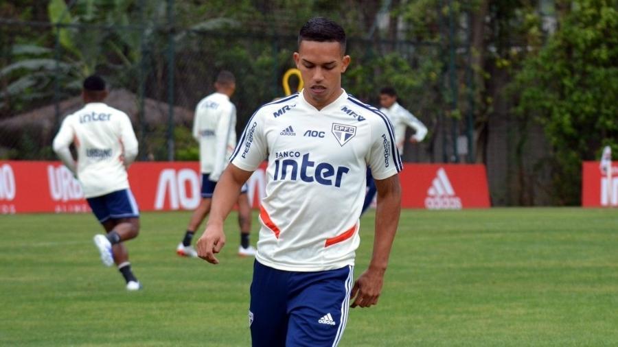 Lateral Igor Vinícius domina a bola durante treino do São Paulo no CT da Barra Funda - Érico Leonan / saopaulofc.net