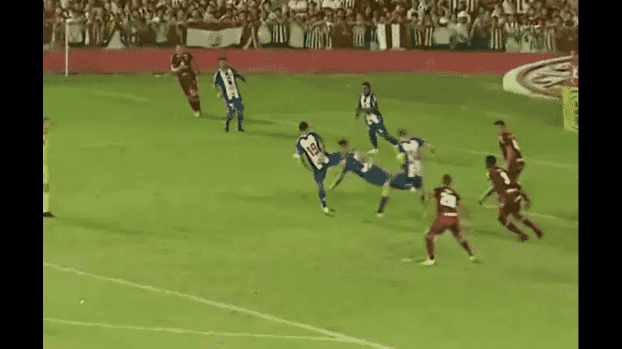 Lance que originou o pênalti polêmico no empate em 2 a 2 entre Náutico e Paysandu, pelas quartas de final da Série C - Reprodução